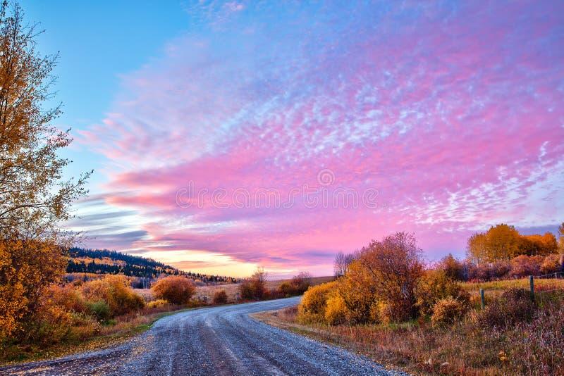 在秋天的乡下公路在日落,亚伯大,加拿大 免版税库存照片