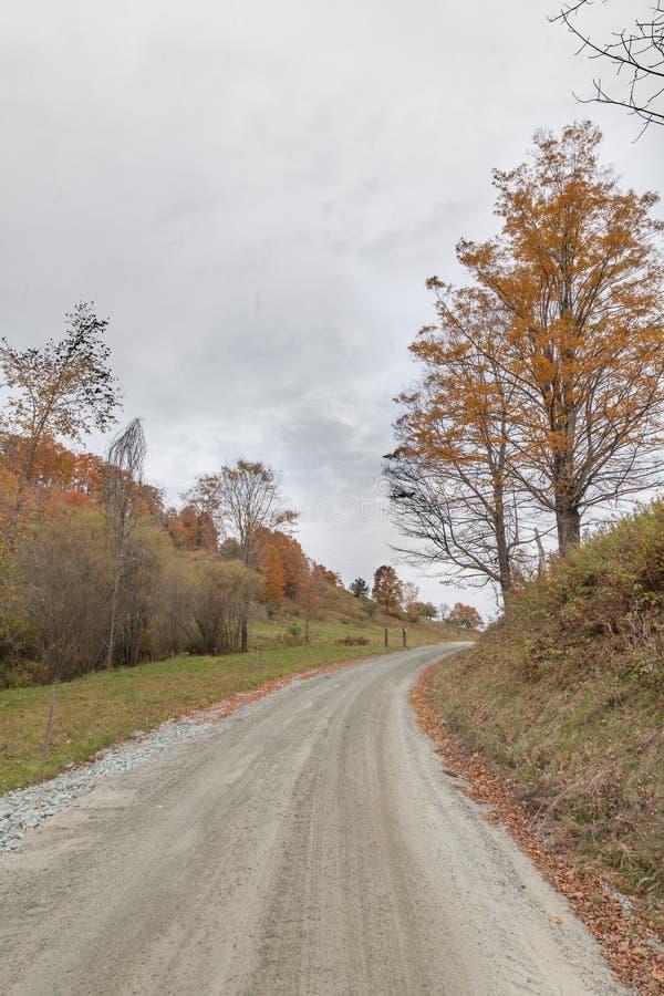 在秋天的土路 免版税图库摄影