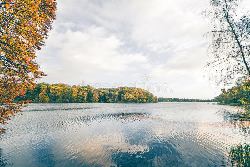 在秋天的湖风景与树 库存照片