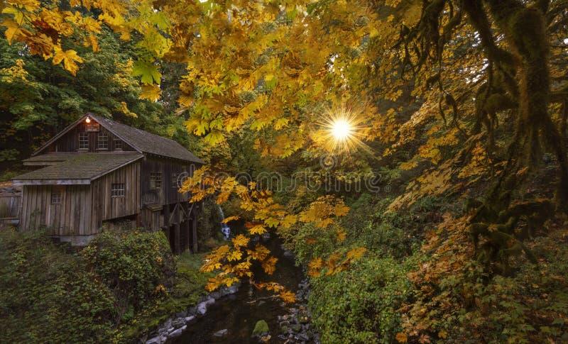 在秋天的老段磨房 免版税库存图片