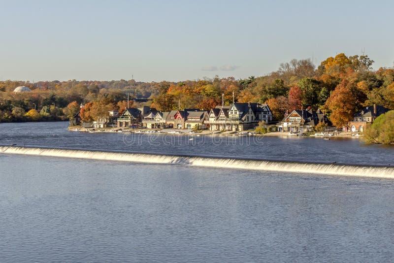 在秋天的船库行 免版税库存照片