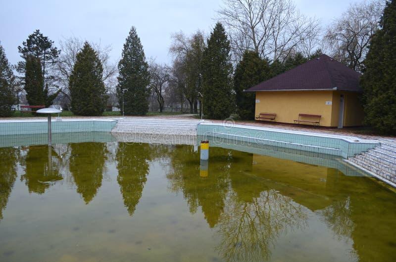 在秋天的被放弃的温泉水池 库存照片