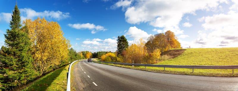 在秋天的路在晴天 高速公路在秋天 免版税库存图片