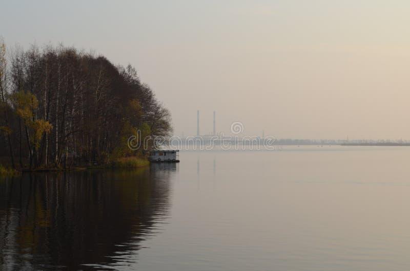在秋天的水库 免版税库存图片
