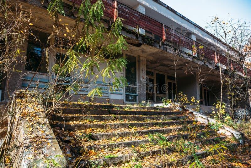 在秋天老被放弃的大厦黄色叶子的楼梯  免版税库存照片