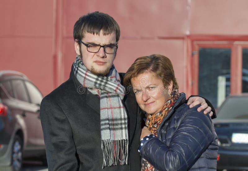 在秋天衣物的母亲和儿子画象 免版税库存照片