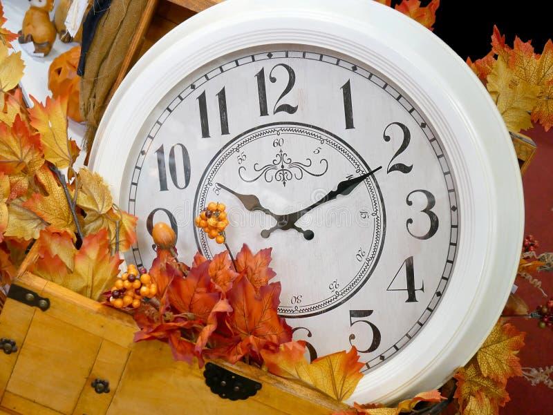 在秋天装饰叶子的葡萄酒时钟 免版税库存图片