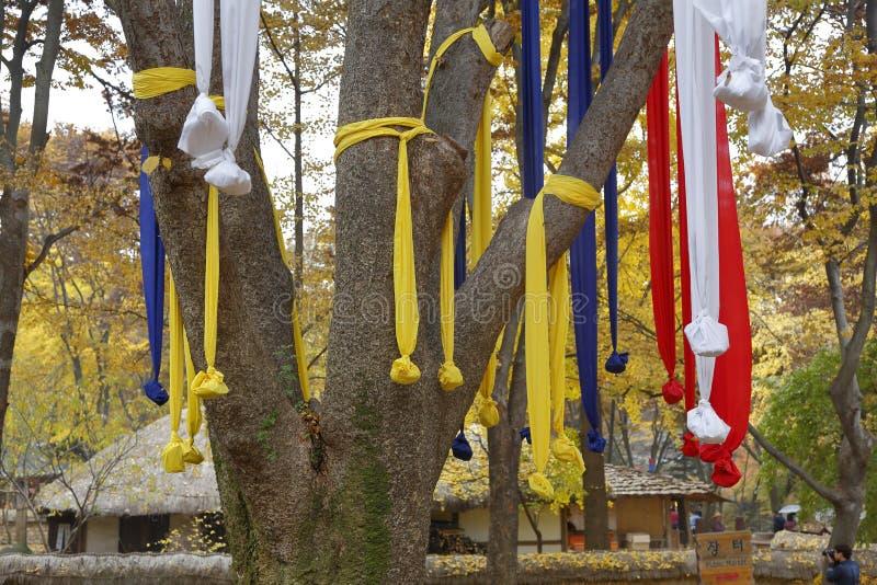 在秋天颜色的祷告丝带在Namsangol传统民间村庄,汉城,韩国2013年11月 免版税库存图片