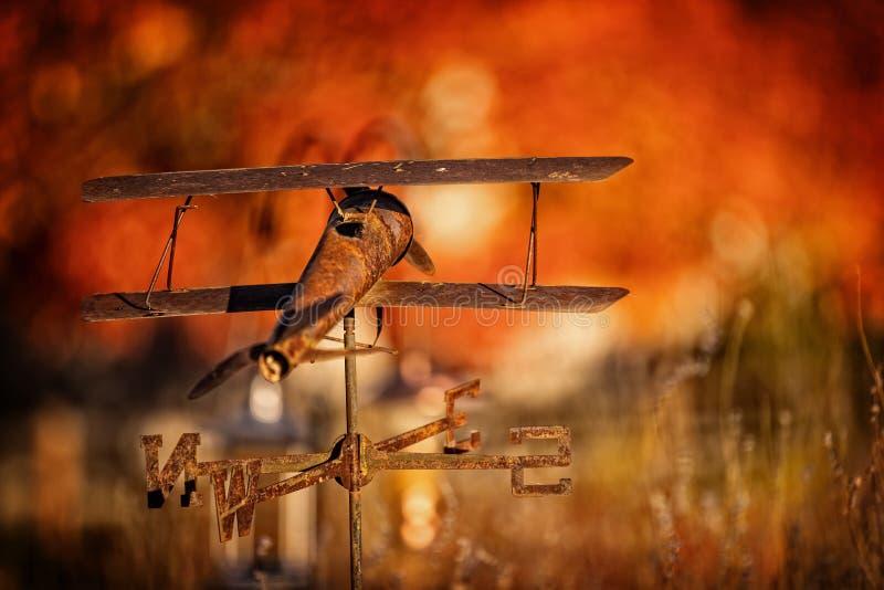 在秋天颜色的空中飞机风标 库存图片