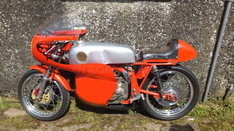 在种族爱尔兰的老赛跑的摩托车 免版税图库摄影