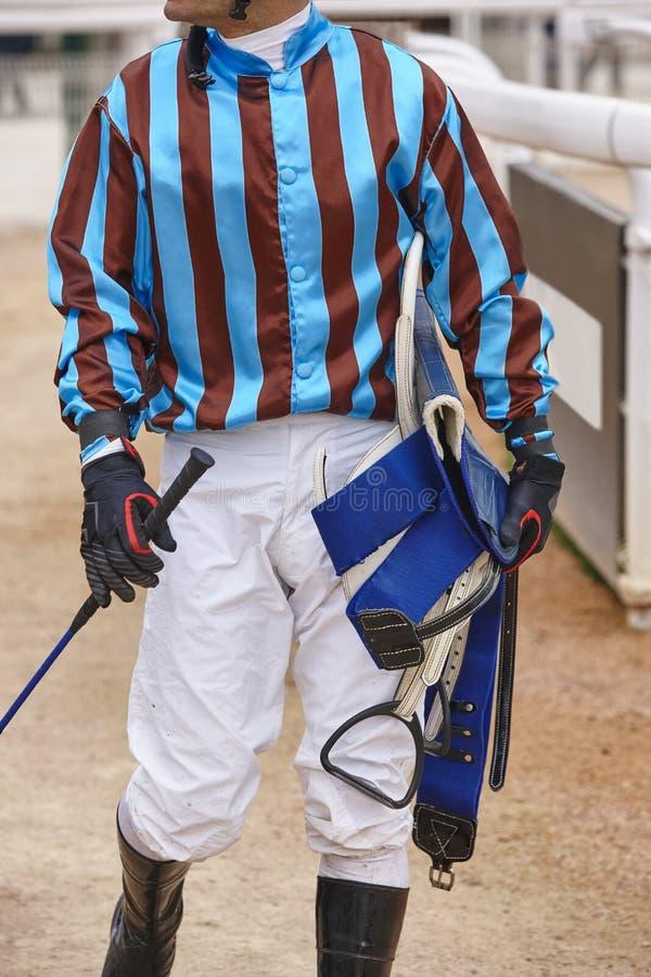 在种族以后的骑师细节 竞技场背景 赛马 免版税库存照片