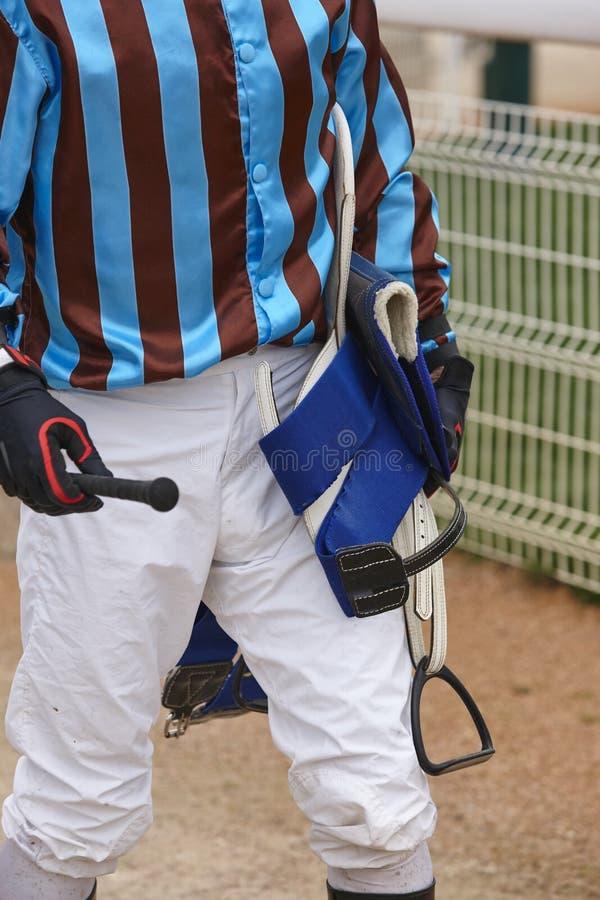 在种族以后的骑师细节 竞技场背景 赛马 库存照片