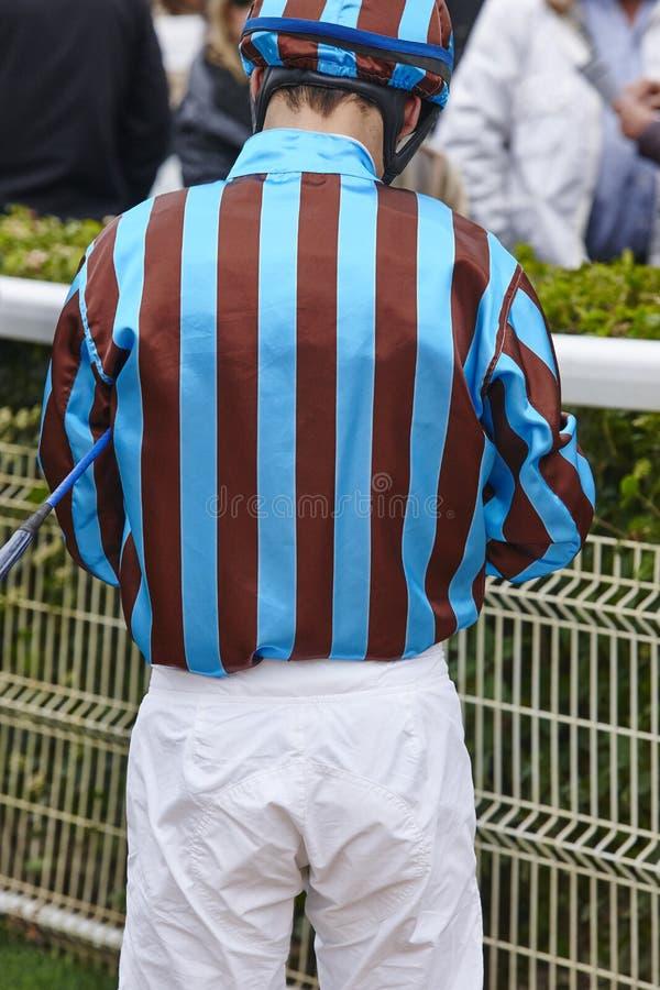 在种族以后的骑师细节 竞技场背景 赛马 图库摄影