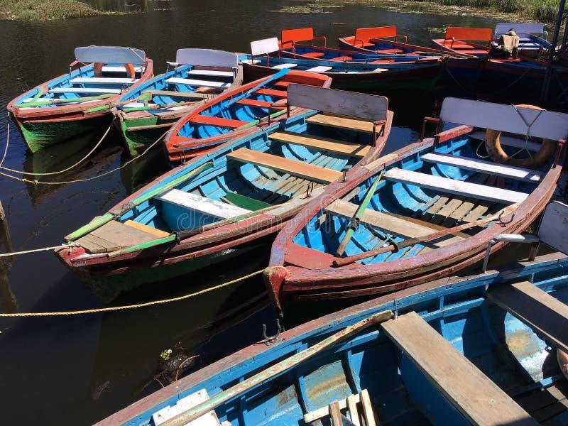 在科代卡纳尔小山手段的五颜六色的小船 免版税库存图片