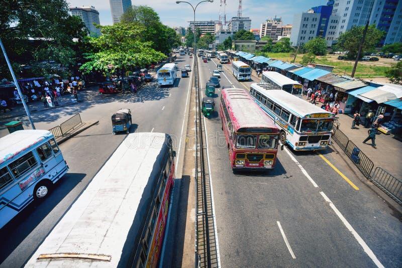 在科伦坡街道和交通上的未认出的人 免版税库存照片