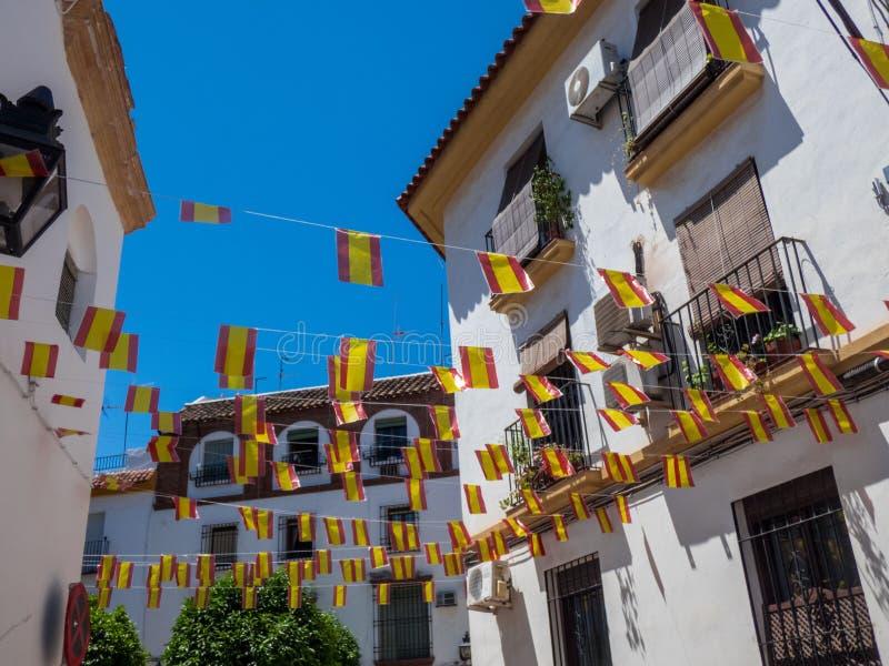 在科多巴街道,西班牙的装饰西班牙旗子 免版税库存照片