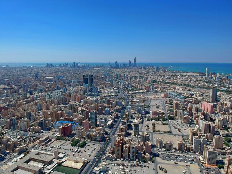 在科威特-空中都市风景上的一百个地板 免版税库存图片