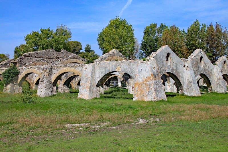 在科孚岛海岛上的老被破坏的仓库  库存图片