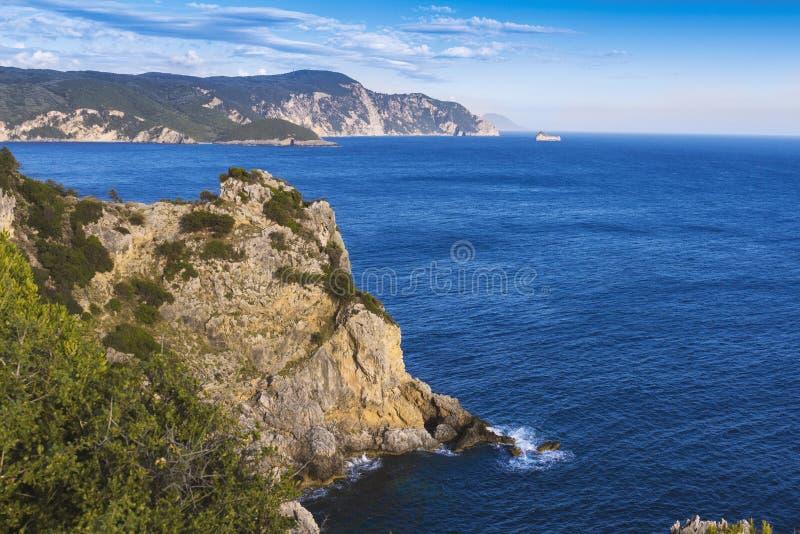 在科孚岛海岛, Paelokastrica,希腊上的蓝色和绿色海岸线 免版税库存图片