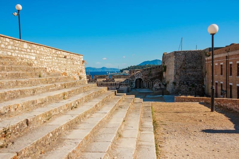 在科孚岛, Kerkyra镇的历史的中心海岛上的堡垒在科孚岛海岛上的在希腊,里面石台阶 库存图片