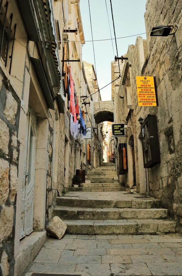 在科尔丘拉海岛上的温暖的老城市街道在克罗地亚 库存照片