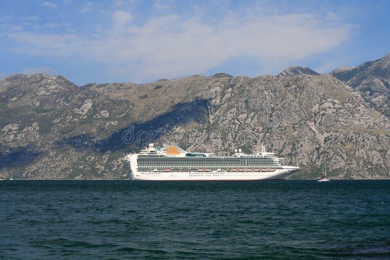 在科托尔湾停住的白色客船 黑山 免版税库存照片