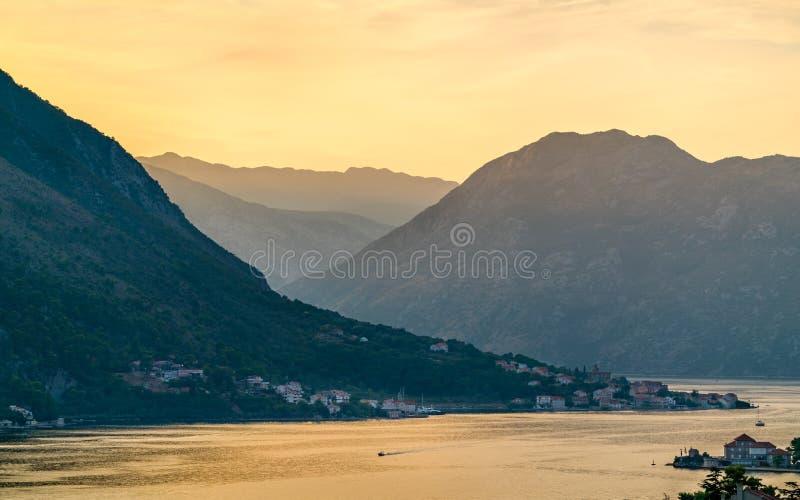 在科托尔湾的日落在黑山 库存照片