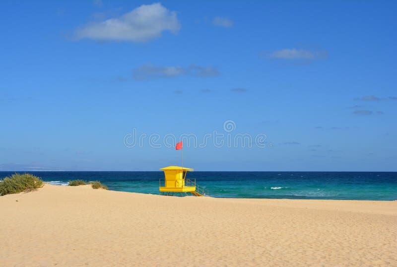 在科拉莱霍,费埃特文图拉岛,西班牙海滩的黄色救生员岗位  免版税图库摄影