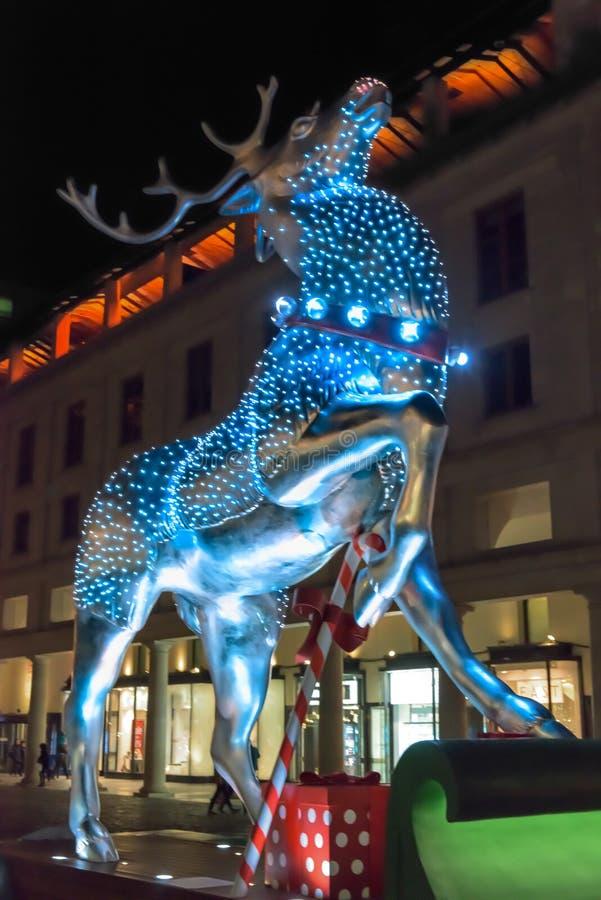 在科文特花园,伦敦的银色驯鹿圣诞节装饰 图库摄影