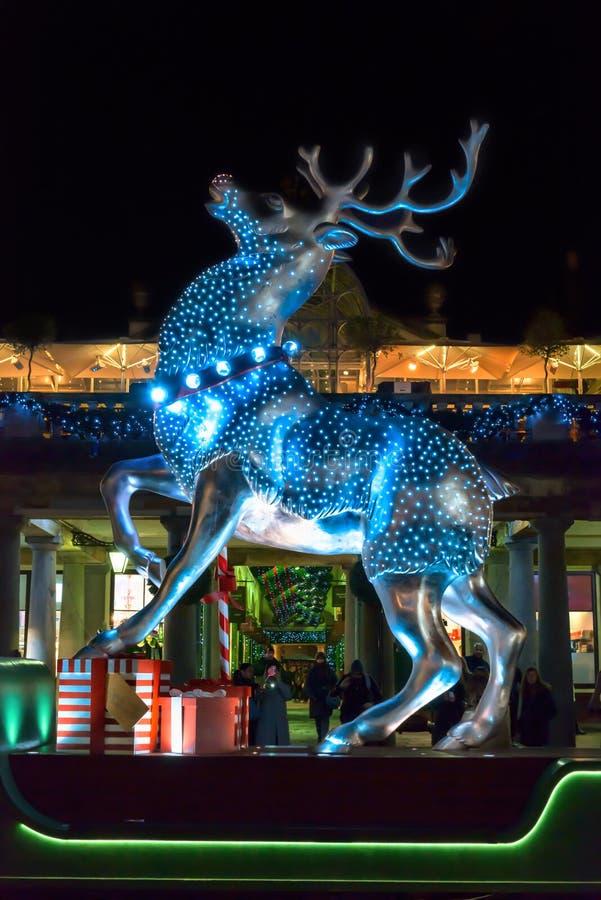 在科文特花园,伦敦的银色驯鹿圣诞节装饰 免版税图库摄影
