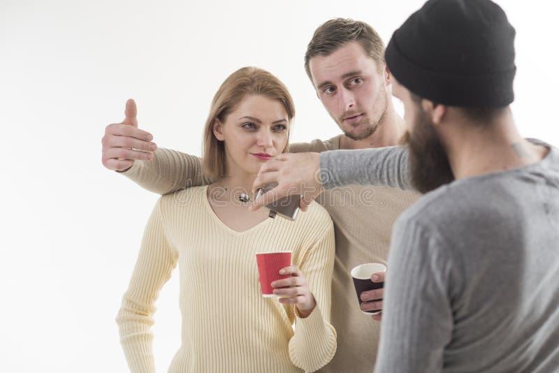 在科涅克白兰地有力量 酒瘾和饮用的习性 最好的朋友庆祝与酒精饮料 相当 库存图片