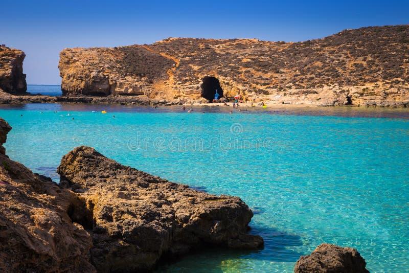 在科米诺岛著名Bluw盐水湖的科米诺岛,马耳他-美丽的天蓝色的海水  库存图片