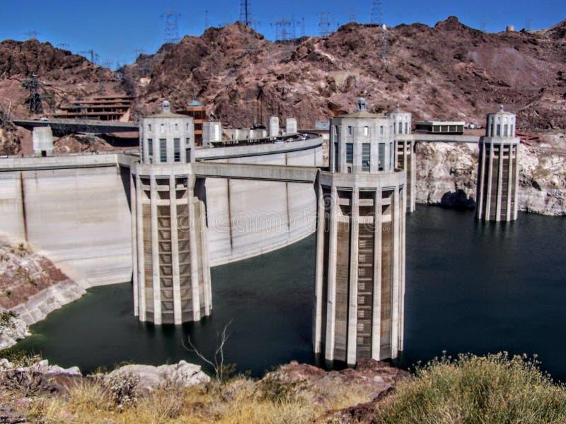 在科罗拉多河的胡佛水坝全景在亚利桑那和内华达之间的房客的 库存图片
