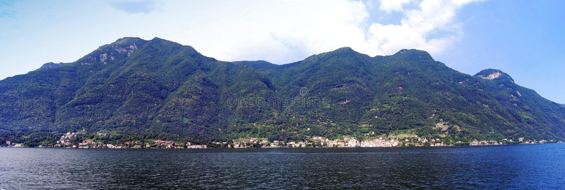 在科莫湖的航行,全景视图 r 免版税库存照片