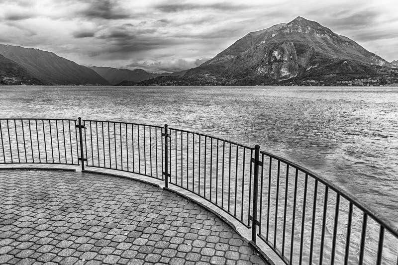 在科莫湖,意大利风景的风景阳台  免版税库存照片