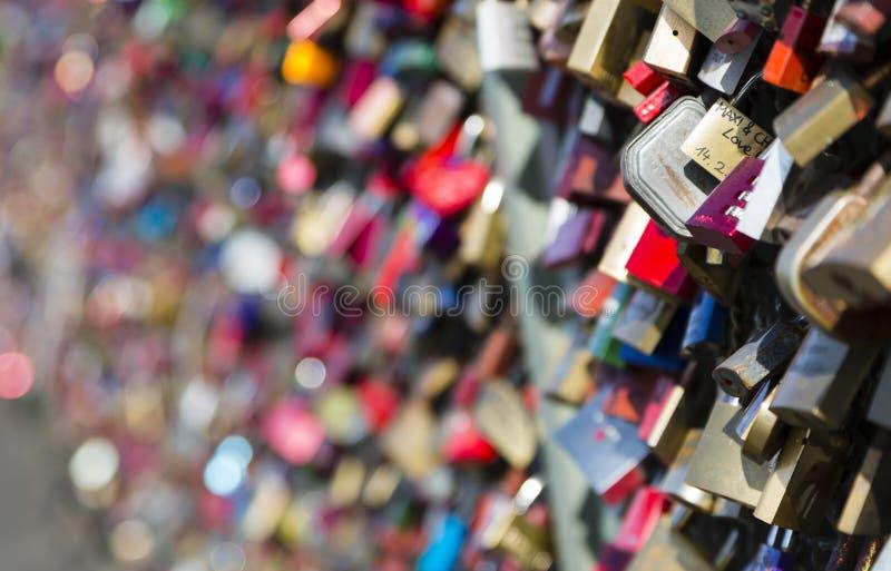 在科隆爱在Hohenzollern桥梁的锁 库存图片