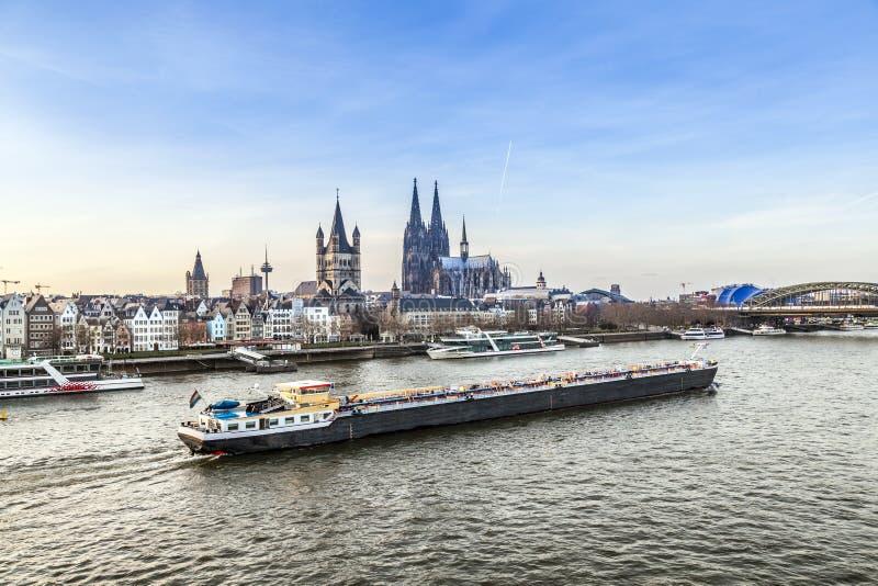 在科隆香水的日出与圆顶和河莱茵河 库存照片