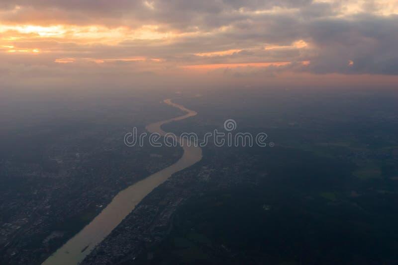 在科隆,日落的德国附近的河莱茵河 库存照片