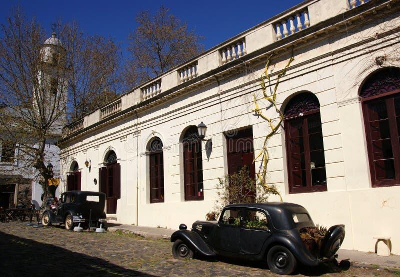 在科洛尼亚德尔萨克拉门托街道,乌拉圭的葡萄酒汽车 免版税库存图片