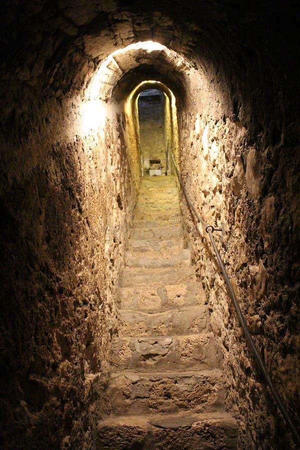 在秘密隧道的台阶在麸皮在布拉索夫附近防御, 免版税图库摄影