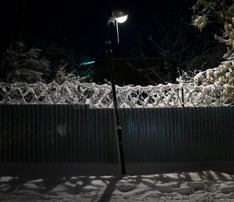 在积雪的城市街道上的灯笼  33c 1月横向俄国温度ural冬天 免版税库存照片