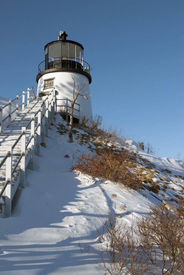 在积雪的峭壁的缅因灯塔 图库摄影