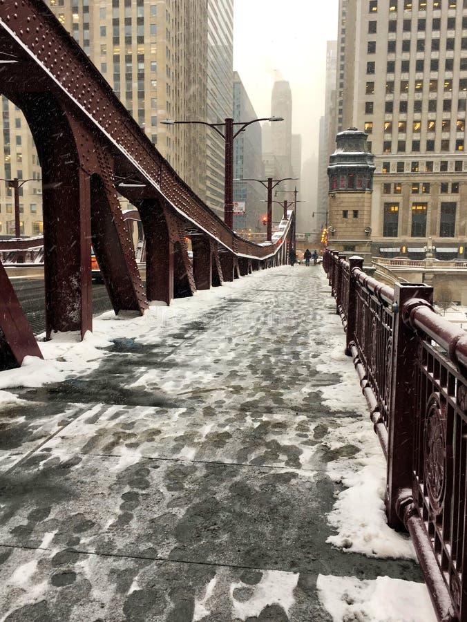 在积雪的桥梁的脚印横跨Lasalle街桥梁在卢普区 库存照片