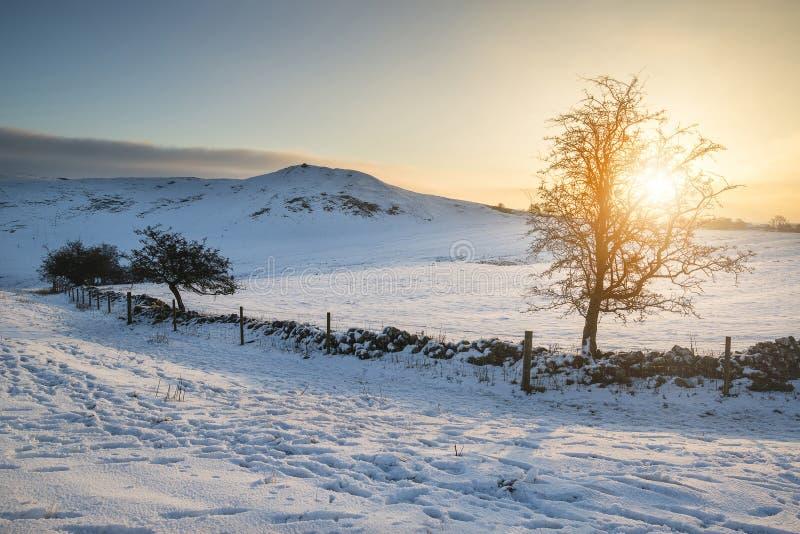 在积雪的高峰Distri的美好的冬天日出风景 图库摄影