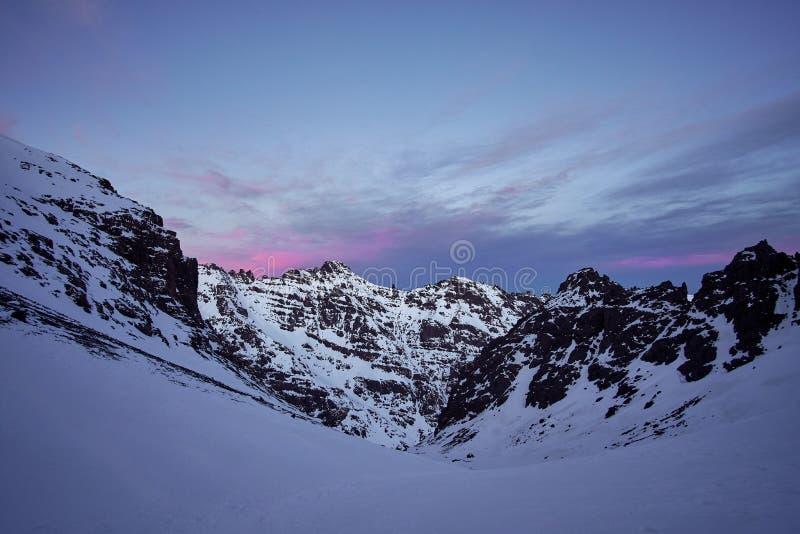 在积雪的高阿特拉斯山脉山的桃红色日出 库存照片