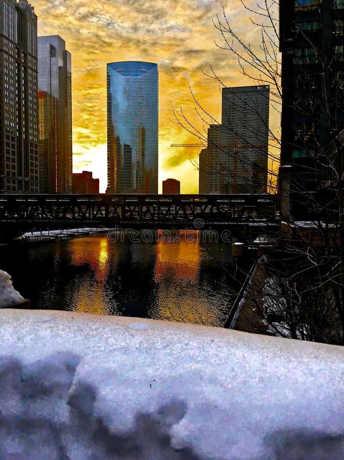 在积雪的Chicagoland和芝加哥河的日落在冬天 库存图片