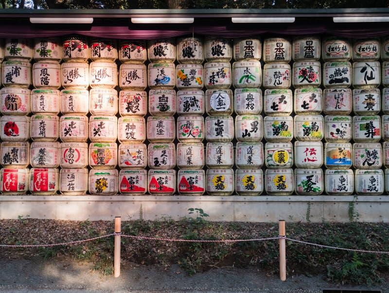 在秸杆包裹的传统缘故桶在石牌的明治神宫 免版税库存图片