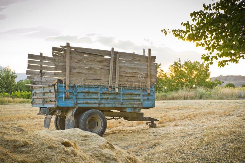 在秸杆的牵引车拖车 免版税图库摄影