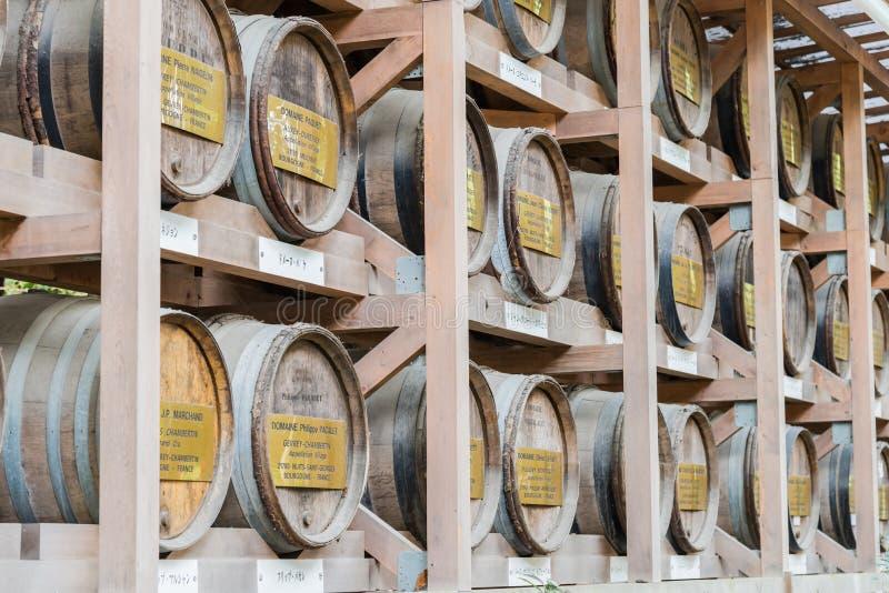 在秸杆酒包裹的日本桶堆积在架子 免版税图库摄影