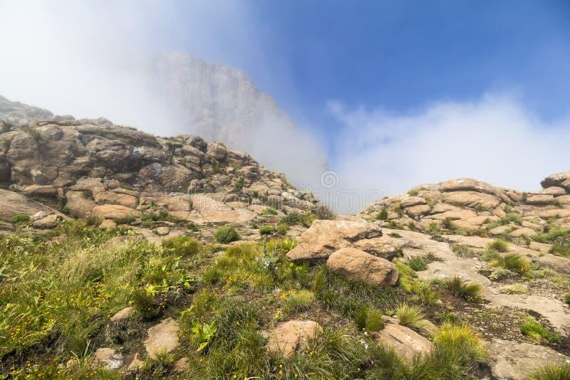 在稍兵远足的云彩上, Drakensberge,南非 免版税库存照片